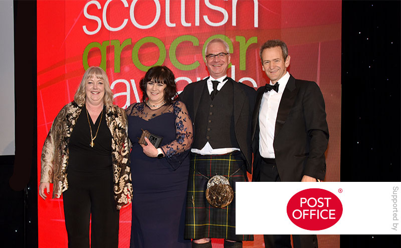 Alexander Armstrong presents the Post Office Retailer of the Year award to Bruce and Donna Morgan of Best-One @ Brownlies, Biggar.